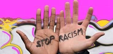 Zwei Hände von Menschen zweier verschiedener Ethnien mit dem Slogan Stop Racism
